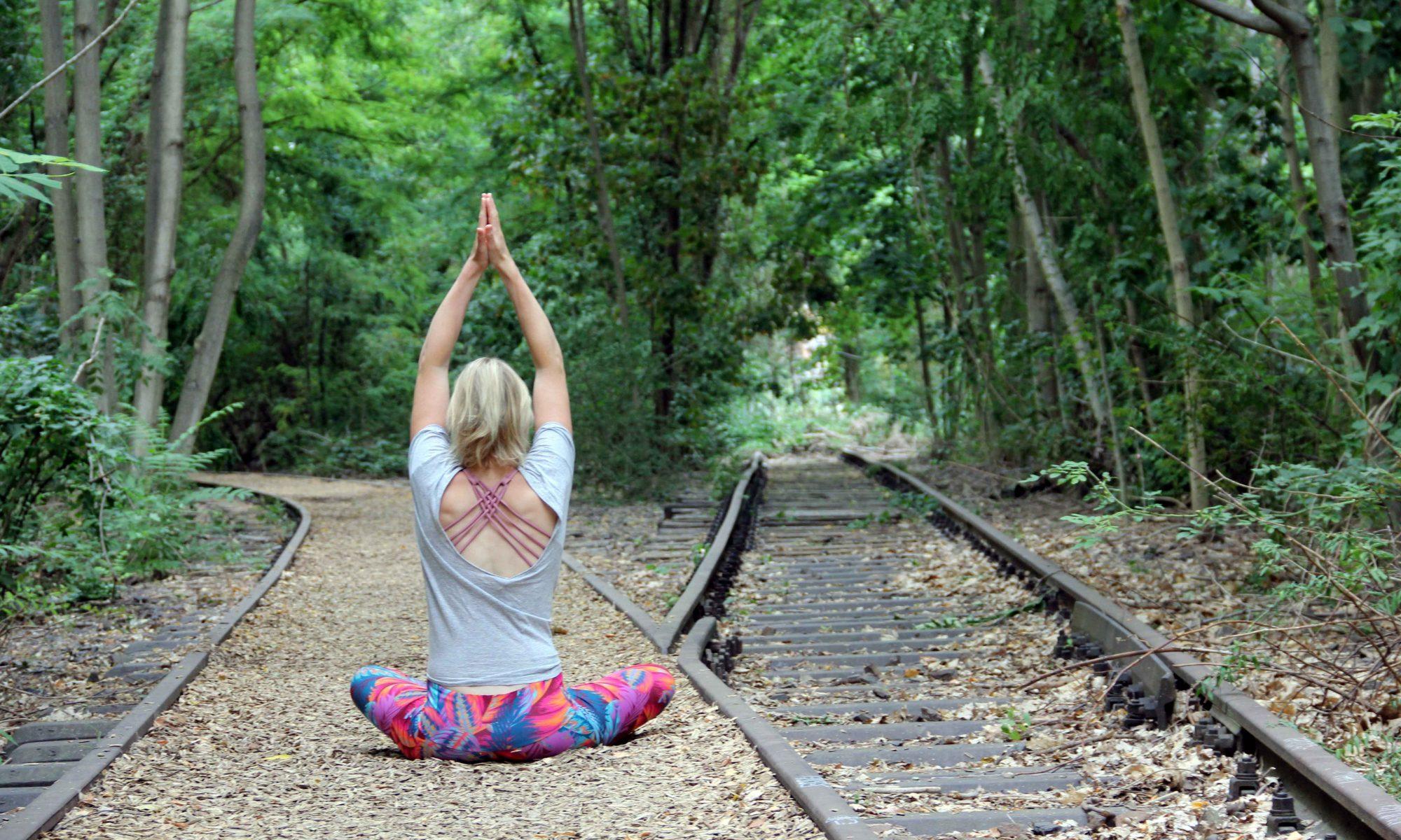 Ulrike Pape von hinten im Yoga-Sitz