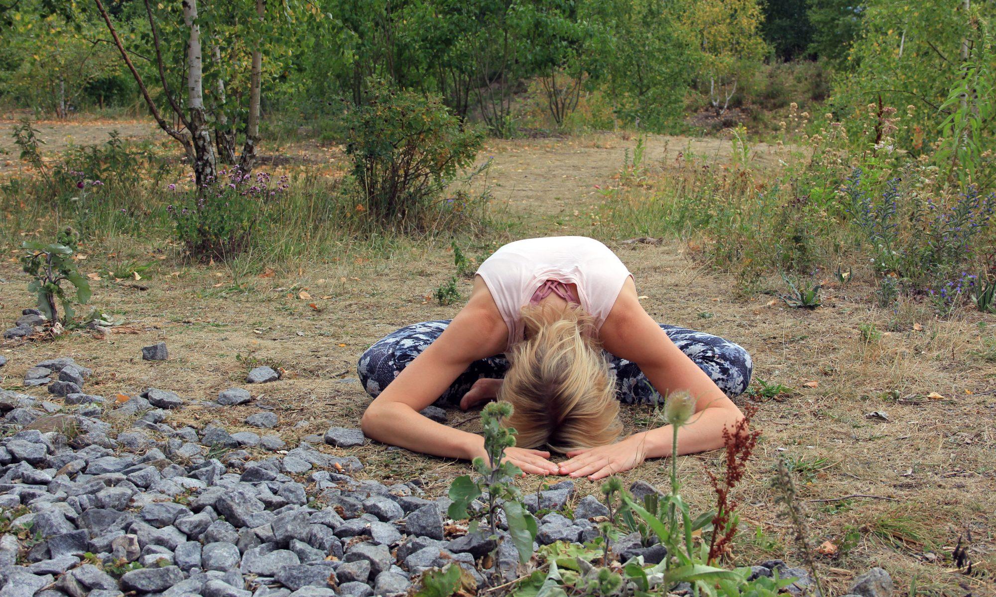 Ulrike Pape mit der Stirn am Boden