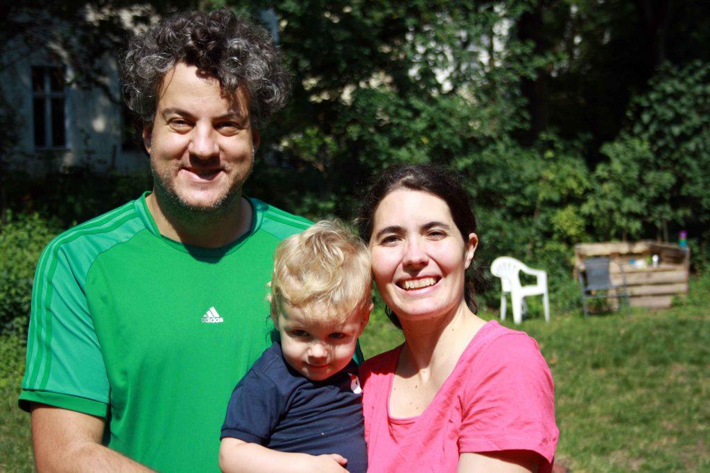 Carolina und Esteban mit Sohn beim Familienyoga mit Ulrike Pape
